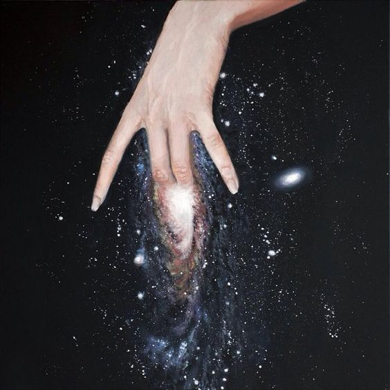 una mano tocando el universo similar a una vulva